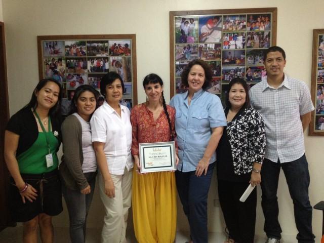 Entrega del certificado de cooperación en Kalipay. Essential Institute realizó formación al equipo que trabaja con niños maltratados-abandonados.