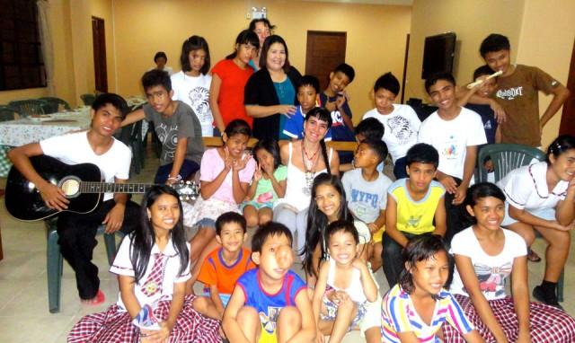 Cooperación en Kalipay ong que acoge y cuida niños maltratados-abandonados.