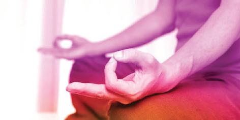 hombre meditando fucsias