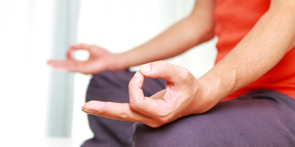 meditacion hombre rojo violeta